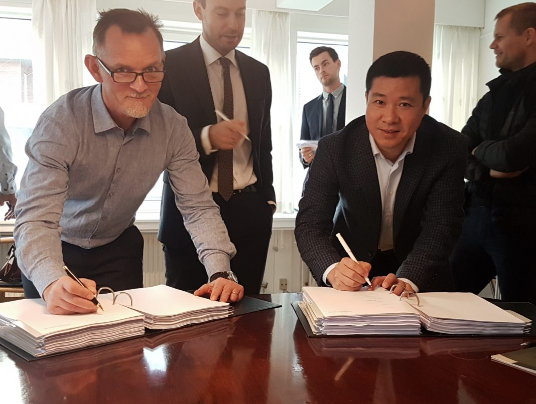 Preben Hjørnet founder af Blue Workforce underskriver investeringsaftalen med Mr. Wuang.