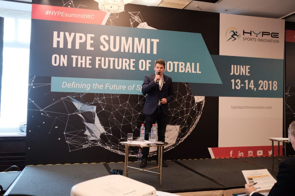 Morten Bisgaard på scenen under Hype Sports Innovation Summit i Moskva.